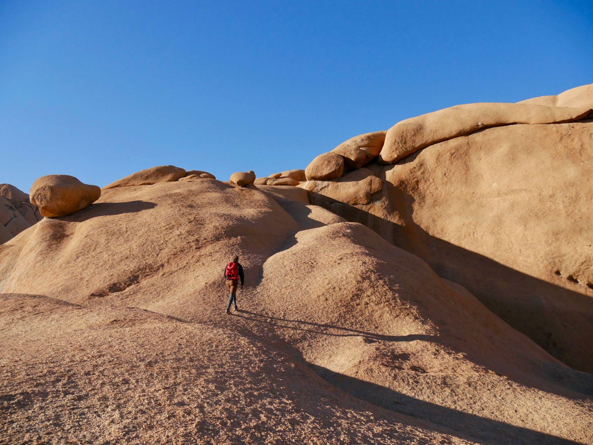 Grimper au sommet d'un rocher au Spitzkoppe