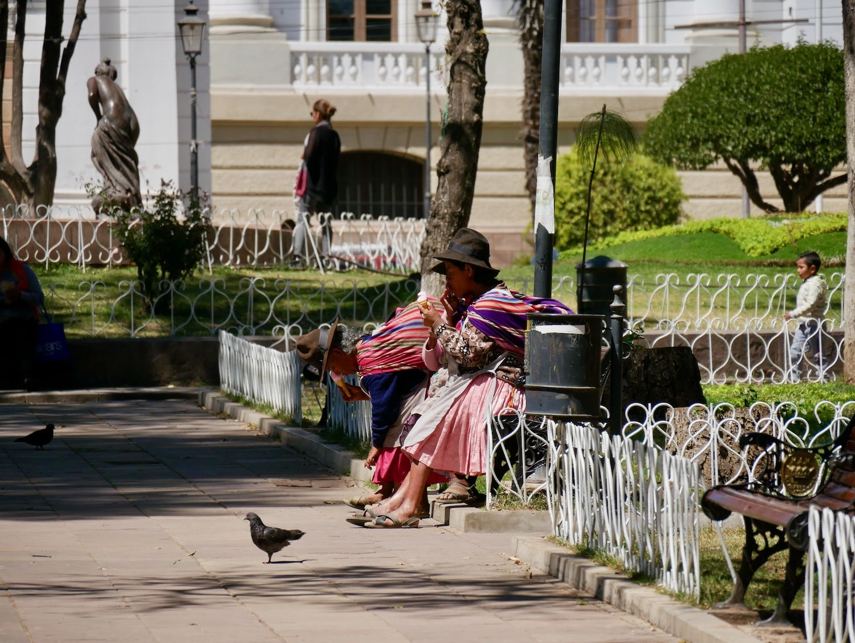 Cholitas au parc Simon Bolivar à Sucre