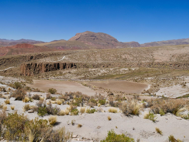 Vue sur les montagnes rouges à Cayara