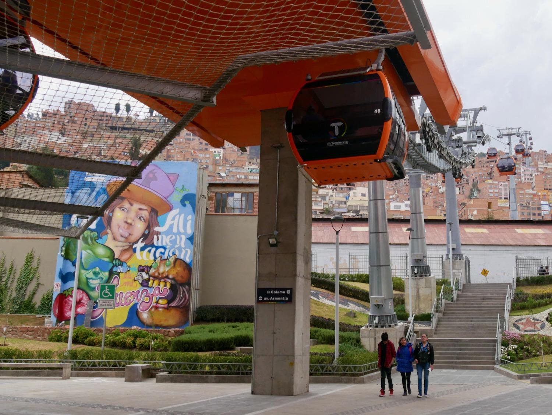 Station de téléphérique et street art à La Paz