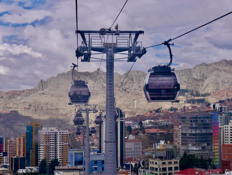 Le téléphérique de La Paz devant les reliefs entourant la ville