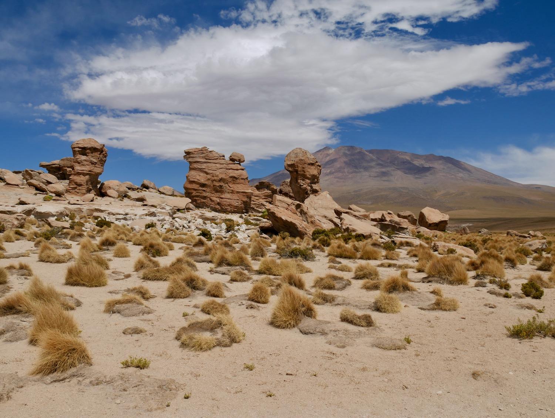 Volcan et formations rocheuses dans le Sud Lipez Bolivien