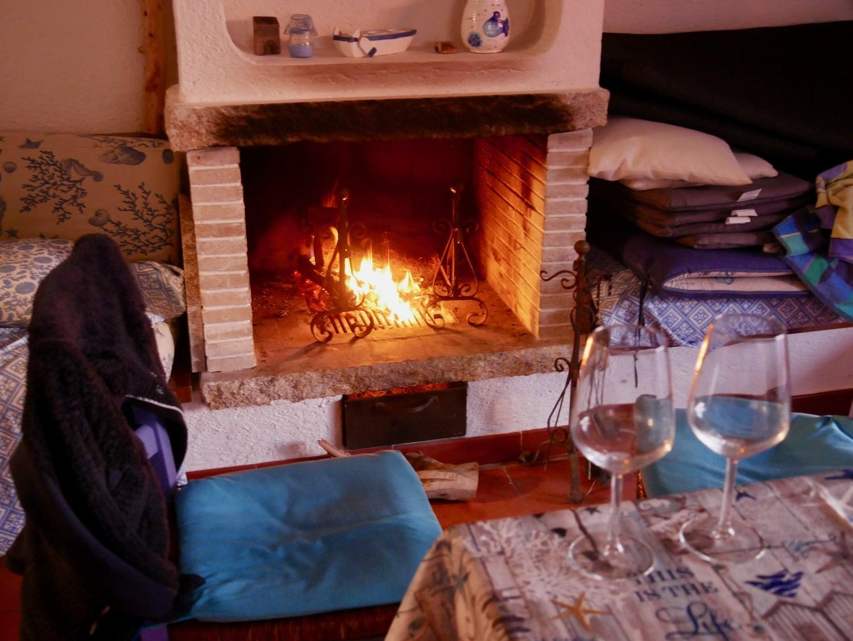 Feu de cheminée dans la casa Smeralda - Sardaigne