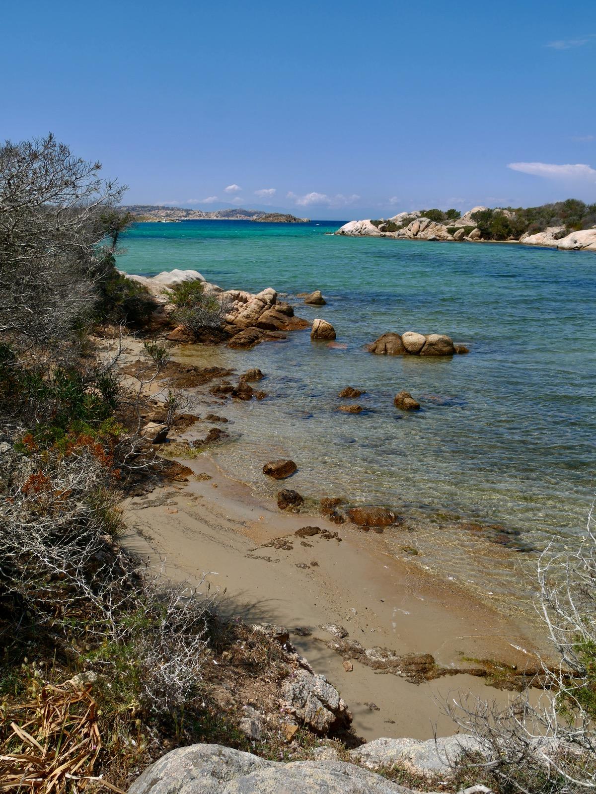 Camaïeu de bleu des plages à Caprera sur l'archipel de la Maddalena