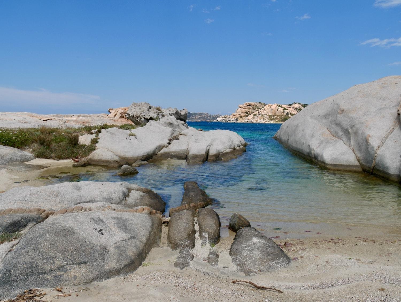 Rochers et plage sur l'île de la Maddalena