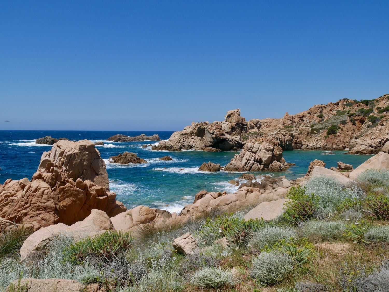 Roches escarpées de la côte Sarde à Costa Paradiso